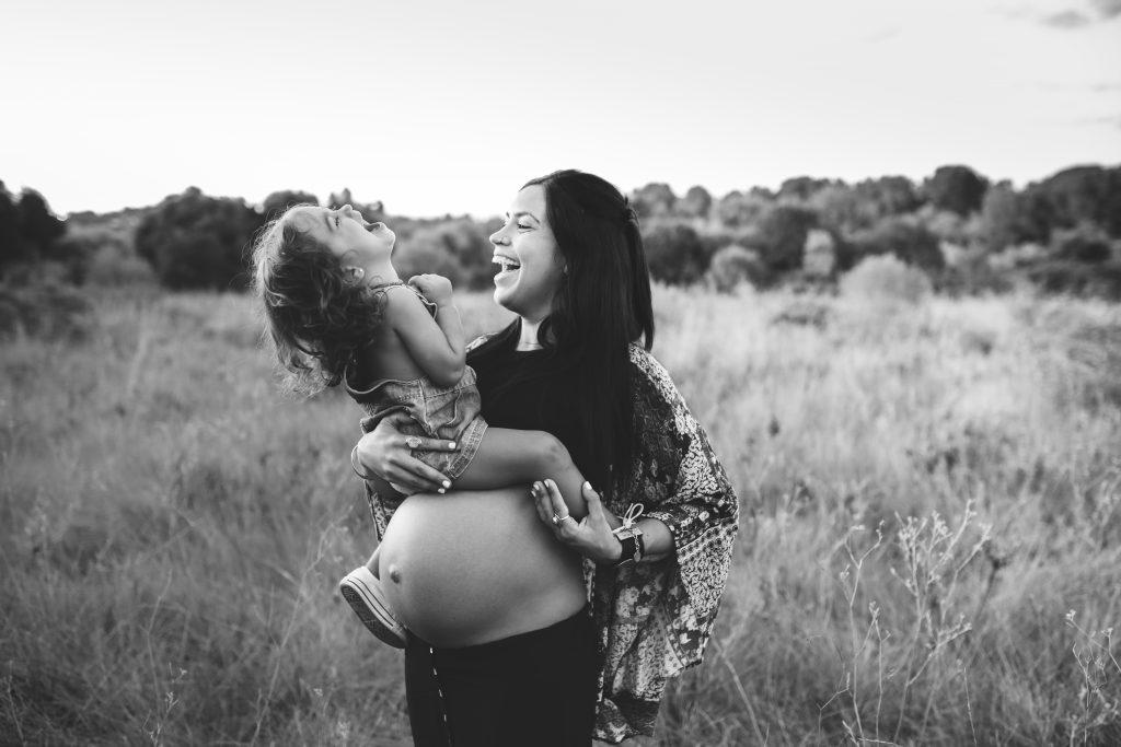 Sesión fotográfica de embarazo en exterior Vilanova i la Geltrú